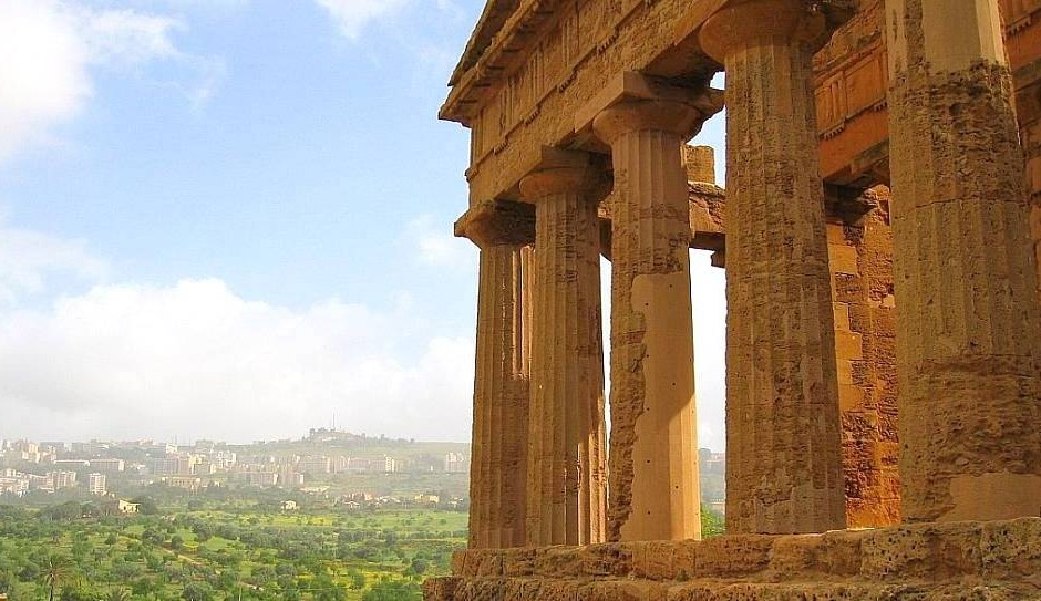 Sicily travel: Temple Della Concordia with view of Agrigento